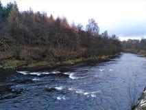 Nästan svart flod Teith i Deanston arkivfoto