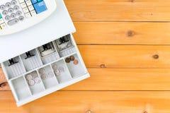 Nästan tom kassaapparatenhet på tabellen Arkivfoton