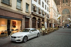 Nästan tomt kafé och huvudsaklig gata i Strasbourg Fotografering för Bildbyråer