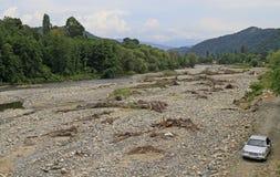 Nästan torkat - ut flod i Abchazien Royaltyfria Bilder