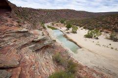 Nästan torr flodsäng i den Kalbarri nationalparken Arkivbilder