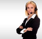 Nätt affärskvinna med en hörlurar med mikrofon royaltyfri bild