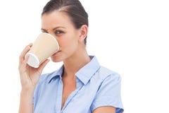 Nätt affärskvinna som dricker kaffe Arkivfoto