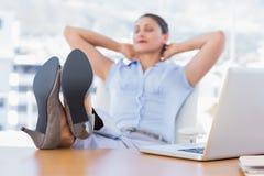 Nätt affärskvinna som har en ta sig en tupplur Royaltyfri Fotografi