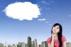 Nätt affärskvinna som ser det tomma molnet Arkivbild