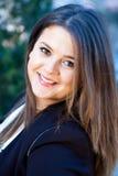 Nätt affärskvinna som utomhus ler Fotografering för Bildbyråer