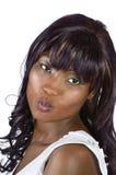Nätt afrikansk kvinnakyssCloseup Arkivbild