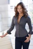 Nätt Afro-american kvinna hemma Royaltyfri Foto