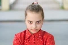 Nätt allvarligt Bekymmersl?st barn f?r flicka Internationella barns dag Lyckagl?dje och roligt begrepp Allvarligt långt hår för u royaltyfria bilder