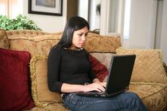 nätt användande kvinna för dator Royaltyfria Bilder