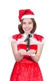 Nätt asiatisk flicka i jultomtendräkten för jul på vit backgr Fotografering för Bildbyråer