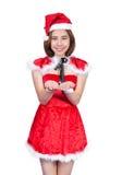 Nätt asiatisk flicka i jultomtendräkten för jul på vit backgr Arkivbild