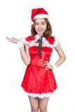 Nätt asiatisk flicka i jultomtendräkten för jul på vit backgr Arkivbilder