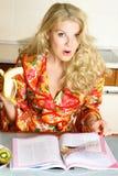 nätt avläsningskvinna för tidskrift royaltyfria bilder