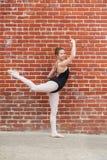 Nätt balettflicka och rött masonary Arkivfoto
