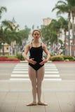 Nätt balettflicka som poseras på den vita bänken Arkivfoton