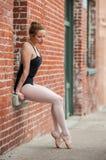 Nätt balettflicka som poseras på fönsterplats Royaltyfri Foto