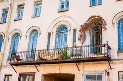 Nätt balkong med ärke- fönster Royaltyfri Foto