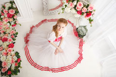 Nätt ballerina och buketter av blommor Arkivbild
