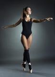 Nätt ballerina som behagfullt dansar i studio arkivfoton
