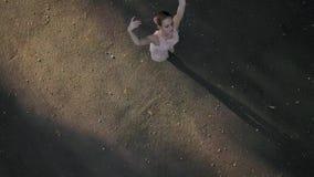 Nätt ballerinadans utomhus stock video