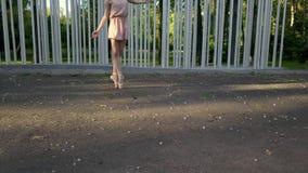 Nätt ballerinadans utomhus lager videofilmer