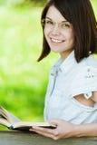 nätt barn för flickaexponeringsglasstående Arkivbild