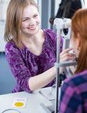 nätt barn för optometrikerstående Arkivfoto