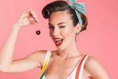 Nätt barnstift upp den hållande körsbäret för kvinna Fotografering för Bildbyråer