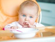 Behandla som ett barn flickan går att äta arkivbild