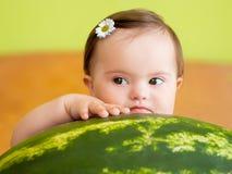Nätt behandla som ett barn flickan med den stora vattenmelon Arkivfoto