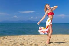 Nätt blond flicka i bikinin som uttrycker lycka royaltyfri bild