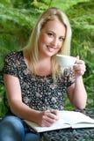 Nätt blond flicka med dagboken Royaltyfri Bild