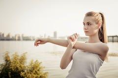 Nätt blond flicka som gör sportövning fotografering för bildbyråer