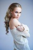 Nätt blond flicka som poserar, medan isolerat fotografering för bildbyråer