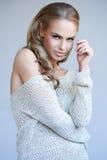 Nätt blond flicka som poserar, medan isolerat arkivfoton
