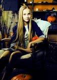 Nätt blond flicka som selebrating halloween i den felika inre, lyckligt le folkbegrepp för livsstil Arkivbild