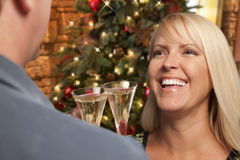 Nätt blond flicka som umgås med Champagne Glass At Christmas Party Fotografering för Bildbyråer
