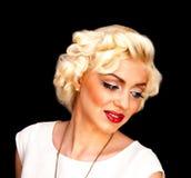 Nätt blond flickamodell som Marilyn Monroe i den vita klänningen med röda kanter Royaltyfri Fotografi