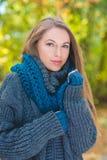 Nätt blond kvinna i tjocka Gray Knit Jacket royaltyfri foto