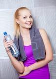 Nätt blond kvinna som ler efter konditionutbildning Fotografering för Bildbyråer