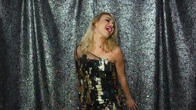 Nätt blond kvinna som upp kastar konfettier arkivfilmer