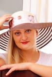 Nätt blond lady i en hatt Royaltyfria Foton