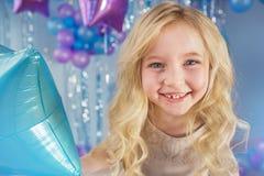 Nätt blond liten flicka med färgballonger Arkivfoto