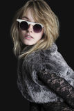 Nätt blond ung kvinna med solglasögon Fotografering för Bildbyråer