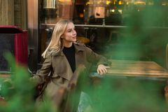 Nätt blondie i kafé royaltyfri foto