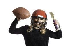 Nätt blondin som firar röd isolerad bakgrund för hjälmfotboll trofé Arkivfoton