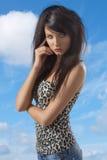 Den sexiga brunetten med tillfälligt bekläda som vänds av tre - inkvarterar Royaltyfria Bilder