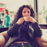 Nätt brunett som dricker kaffete Royaltyfri Fotografi