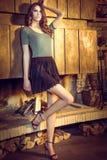 Nätt brunett som poserar nära den brinnande spisen Royaltyfria Foton